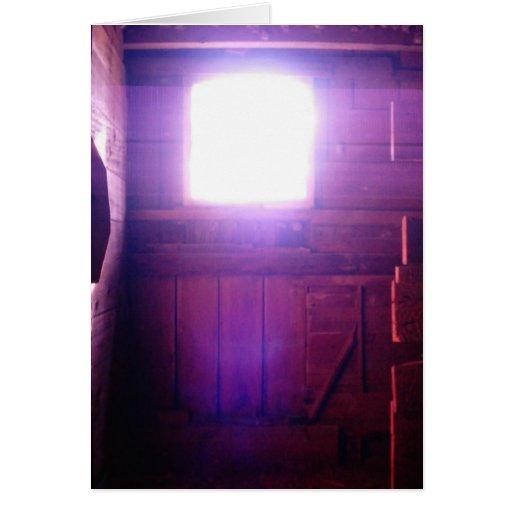 Luz divina en la foto de la ventana del desván del tarjetón