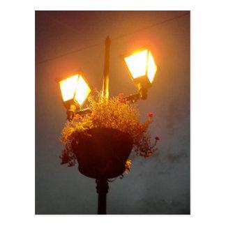 Luz en la oscuridad postal