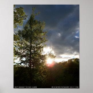 Luz entre las nubes oscuras poster