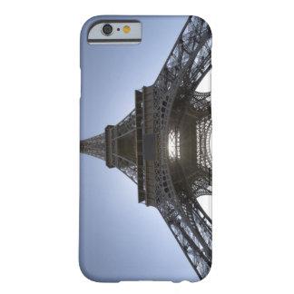luz que brilla a través de la torre Eiffel Funda Para iPhone 6 Barely There