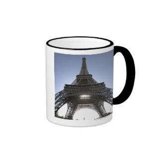 luz que brilla a través de la torre Eiffel Taza De Dos Colores