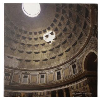 Luz que brilla con oculus en el panteón adentro azulejo cuadrado grande