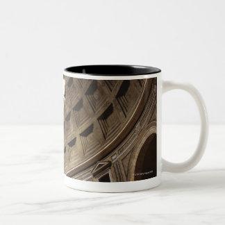 Luz que brilla con oculus en el panteón adentro taza de café de dos colores