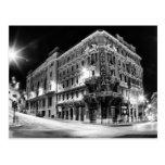 Luz y edificios de la ciudad por noche tarjetas postales