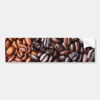 Luz y granos de café oscuros de la carne asada - e pegatina de parachoque