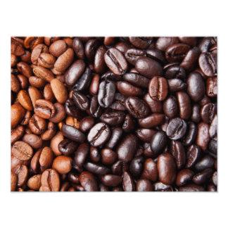 Luz y granos de café oscuros de la carne asada - e fotografias