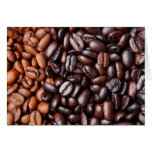 Luz y granos de café oscuros de la carne asada - e felicitación