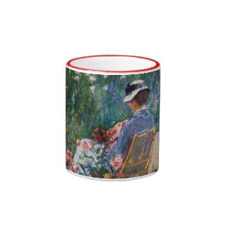 Lydia asentó en el jardín con una taza de café del