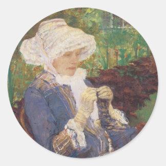 Lydia Crocheting en el jardín en margoso por Pegatina Redonda