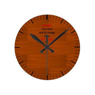 Lyer bajo de madera añade su propio texto reloj redondo mediano