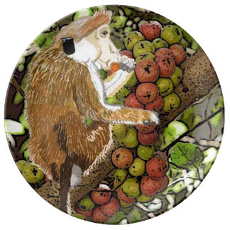 Macaque de la toca de Dryzone que come higos Plato De Cerámica