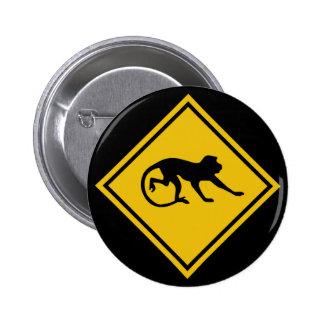 Macaques amonestadores, señal de tráfico, Malasia Pin Redondo De 2 Pulgadas