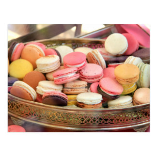 Macarons en diversos colores postal