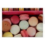 Macarons en diversos colores tarjeton