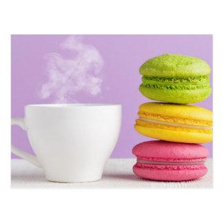Macarrones coloridos y una taza de café postales