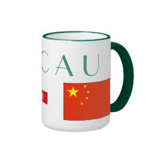 Macau* señala la taza por medio de una bandera