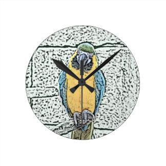 macaw azul del oro en acuarela de la perca reloj redondo mediano