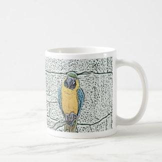 macaw azul del oro en acuarela de la perca taza básica blanca