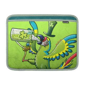 Macaw del día de San Patricio Fundas Para Macbook Air
