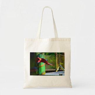macaw rojo que vuela colorido abstracto bolsas