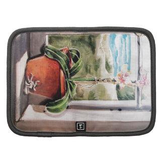 Maceta de cerámica en ventana de imagen organizadores