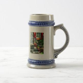 Macetas y obturadores rojos taza de café