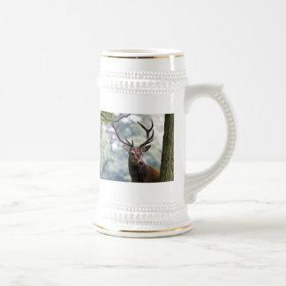Macho del ciervo común jarra de cerveza