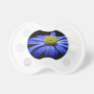 Macro azul hermosa de la flor en negro chupetes de bebé