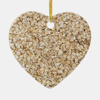 Macro de la harina de avena como estructura del adorno navideño de cerámica en forma de corazón