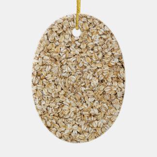 Macro de la harina de avena como estructura del adorno navideño ovalado de cerámica