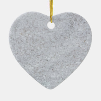 Macro de la sal como estructura del fondo adorno navideño de cerámica en forma de corazón