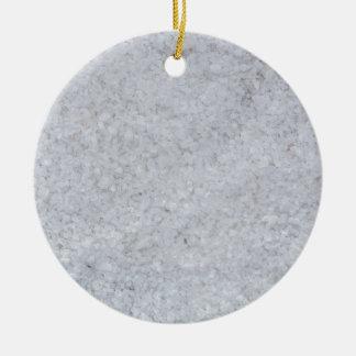 Macro de la sal como estructura del fondo adorno navideño redondo de cerámica