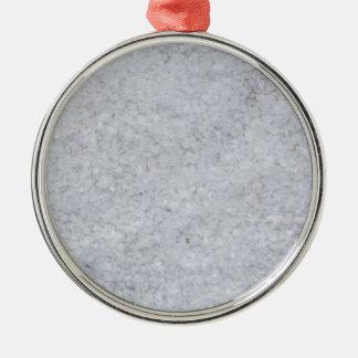 Macro de la sal como estructura del fondo adorno navideño redondo de metal