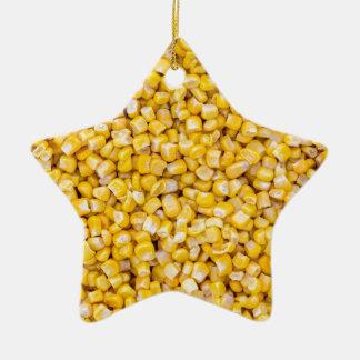 Macro del maíz como estructura del fondo adorno navideño de cerámica en forma de estrella