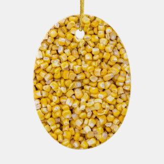 Macro del maíz como estructura del fondo adorno navideño ovalado de cerámica