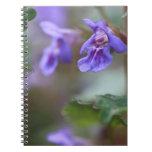 Macro violeta libro de apuntes con espiral