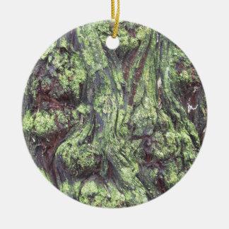 Madera cubierta de musgo adorno navideño redondo de cerámica