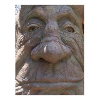 Madera de la fantasía que talla la cara vieja en postales