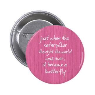 Madera rosada con cita inspiradora de la mariposa pin redondo 5 cm