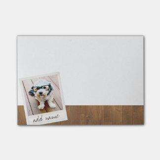 Madera rústica con el marco cuadrado de la foto nota post-it®