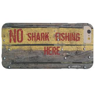 """Madera rústica de """"NINGUNA pesca del tiburón"""" Funda Barely There iPhone 6 Plus"""