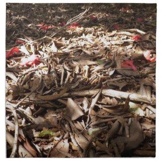 Madera y hojas muertas en el piso del bosque servilleta imprimida