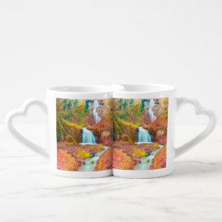 Maderas de la cala del otoño con follaje amarillo set de tazas de café