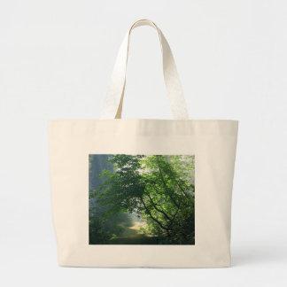 Maderas de los bosques de los rastros de las traye bolsa