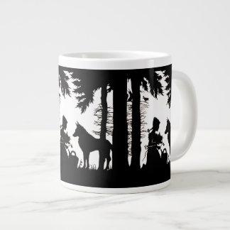 Maderas rojas del lobo de la capa con capucha de l taza de café grande