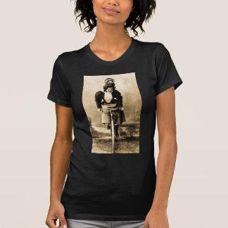 Madge Lessing en el vintage 1902 de la bici Camiseta