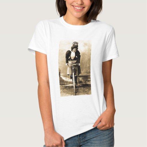 Madge Lessing en el vintage 1902 de la bici Remeras