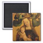 Madonna y el niño coronaron por dos ángeles, c.152 imán cuadrado