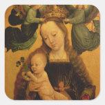 Madonna y el niño coronaron por dos ángeles, pegatina cuadrada