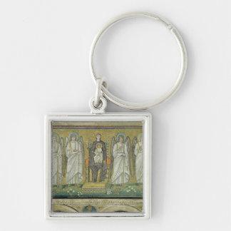 Madonna y niño enthroned por ángeles llavero cuadrado plateado